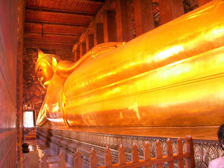 Il gigantesco Buddha sdraiato del Wat Pho a Bangkok (Photo by Gabriele Ferrando)