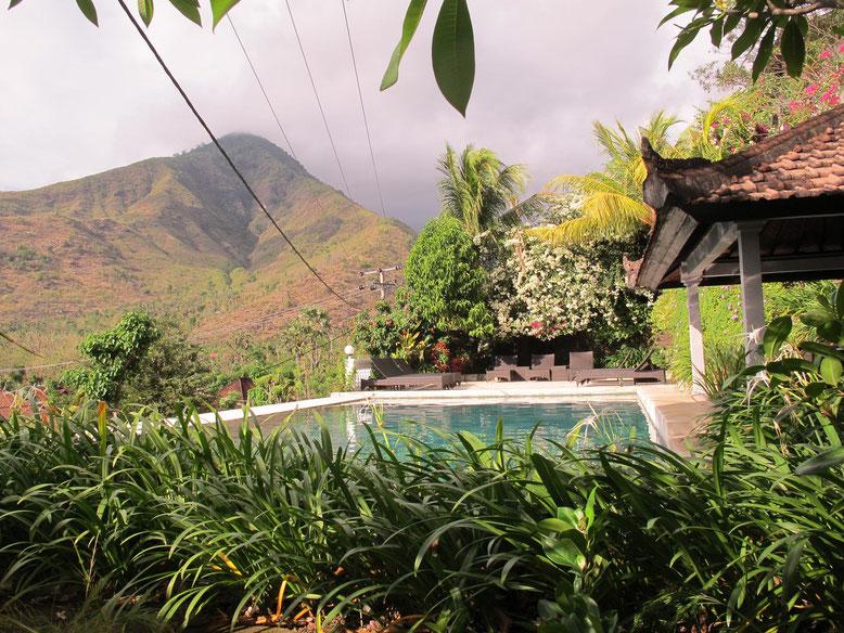 Piscina con vista mare e montagna al Baliku Dive Resort ad Amed - Bali (Photo by Gabriele Ferrando)