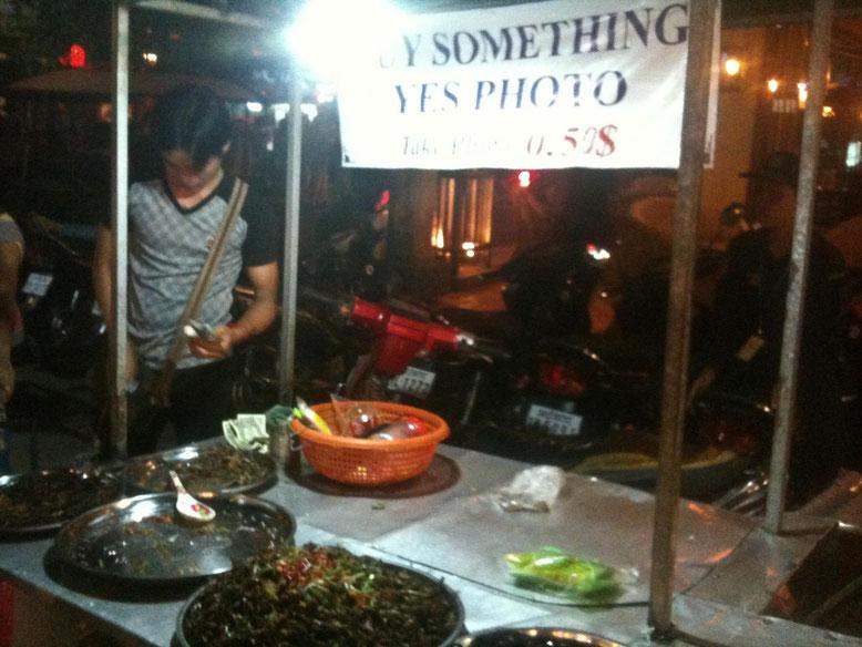 La mangiatrice di scarafaggi. Chioschetto a Siem Reap