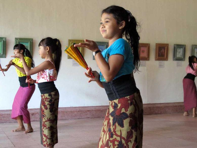 Bambine che imparano la danza balinese a Ubud Bali