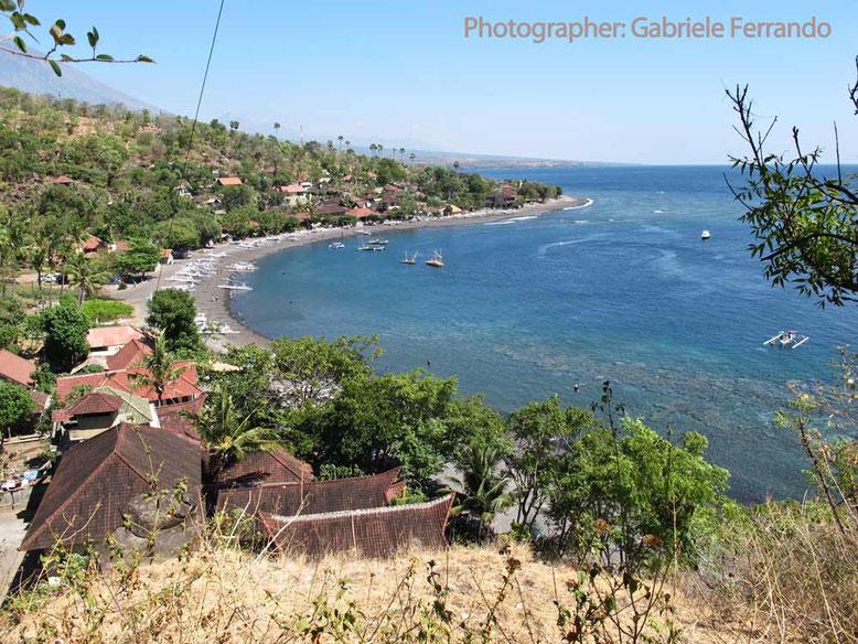 La bella baia di Amed a Bali