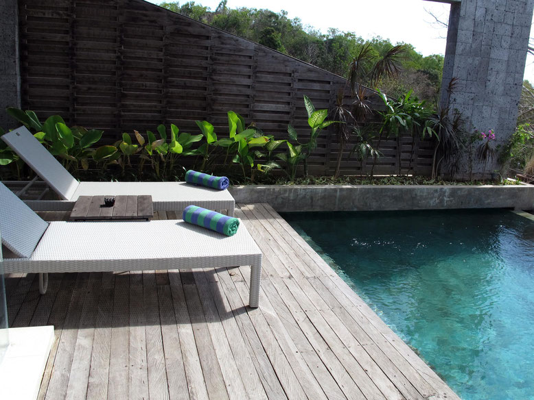 Il pool Deck della 1 Bedroom Pool Villa alle Hidaways Villas Uluwatu (photo by Gabriele Ferrando)
