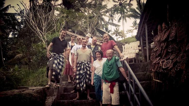 Gruppo di viaggio a Bali. Esplorando insieme le rovine di Gunung Kawi