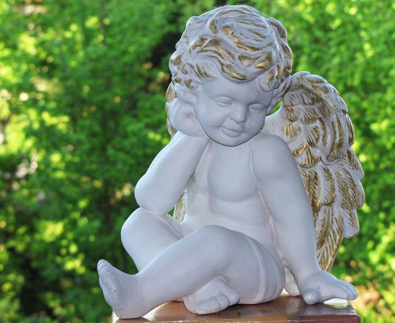 Fötensarg Bestattungslexikon, lexikon-bestattungen, Bestattungsdienste, Bestattungsbedarf In einem Fötensarg, Fötenkistchen oder in einer Fötentruhe werden Kindlein bestattet, die meist im Mutterleib oder kurz nach der Geburt verstorben sind