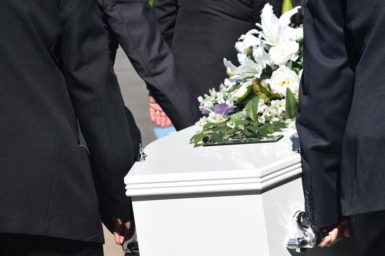Umsetzträger Bestattungslexikon, lexikon-bestattungen, Bestattungsdienste, Bestattungsbedarf Als Umsetzträger bezeichnet man die Personen die einen Sarg für eine Trauerfeier platzieren