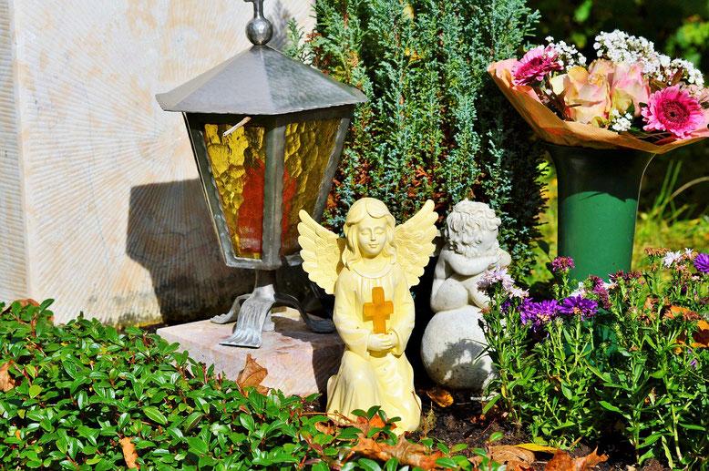 Grabpflege  Bestattungslexikon, lexikon-bestattungen, Bestattungsdienste, Bestattungsbedarf Neben vielen Eigenleistungen, die Ihre Verbundenheit mit dem Verstorbenen aufzeigen, unterstützt Sie bei Bedarf Ihr Friedhofsgärtner vor Ort