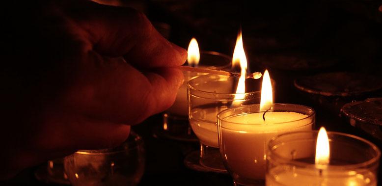 Trauerfeier Bestattungslexikon, lexikon-bestattungen, Bestattungsdienste, Bestattungsbedarf Die Trauerfeier wird üblicherweise in einer Trauerhalle, einer Kirche, oder in der Friedhofs-kapelle durchgeführt, Trauerredner