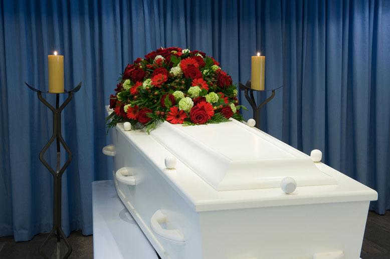 Sargdeckelschmuck  Bestattungslexikon, lexikon-bestattungen, Bestattungsdienste, Bestattungsbedarf Schmucksymbole aus Pflanzen und Blumen, Metall, Holz, Glas oder Kunststoff sind Bestandteil der Sargabdeckung