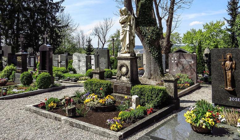 Grabstätten  Bestattungslexikon, lexikon-bestattungen, Bestattungsdienste, Bestattungsbedarf In der Regel erfolgt die Bestattung auf Friedhöfen. Zunehmend werden auch Alternative Bestattungen durchgeführt, wie zum Beispiel Seebestattungen