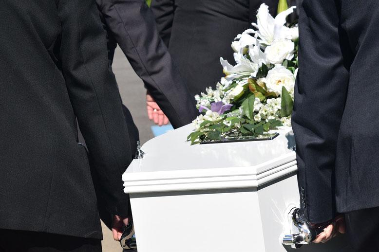 Sargträger Bestattungslexikon, lexikon-bestattungen, Bestattungsdienste, Bestattungsbedarf Im Rahmen einer Beerdigung transportieren Sargträger den Sarg mit dem Verstorbenen von der Trauerhalle oder dem Eingangsbereich des Friedhofes