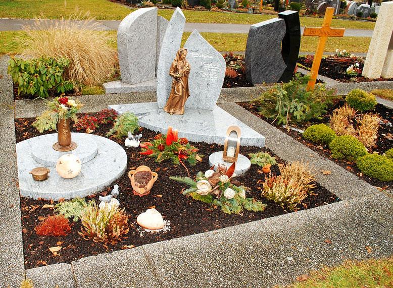 Grabeinfassung Bestattungslexikon, lexikon-bestattungen, Bestattungsdienste, Bestattungsbedarf Grabeinfassungen können in Beton- oder Naturstein, in Holz oder Metall, aber auch durch Bepflanzungen ausgeführt werden.
