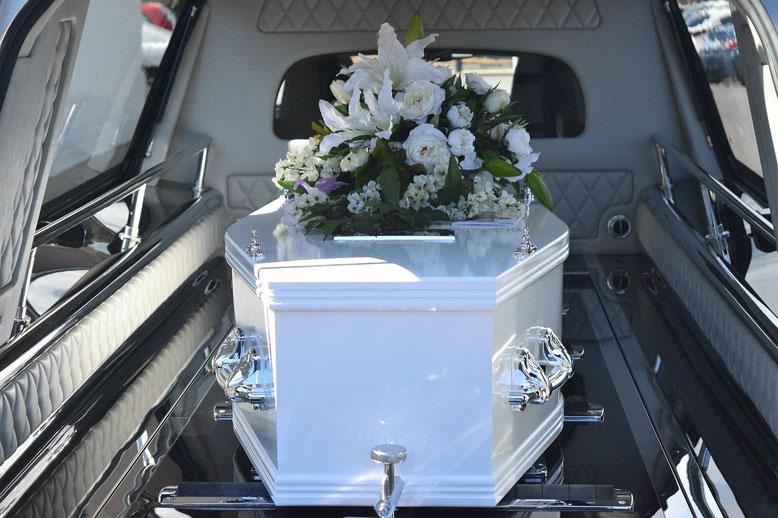 Bestattungsfahrzeuge Bestattungslexikon, lexikon-bestattungen, Bestattungsdienste, Bestattungsbedarf Bestattungskraftwagen (BKW) bzw. Leichenwagen werden zur Überführung von Verstorbenen eingesetzt.