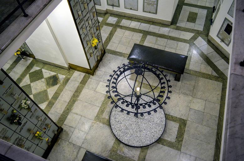 Kolumbarium Bestattungslexikon, lexikon-bestattungen, Bestattungsdienste, Bestattungsbedarf In einem Kolumbarium wird die Asche eines Verstorbenen in einer Urne oberirdisch in einer Wandnische (Urnenkammer) beigesetzt