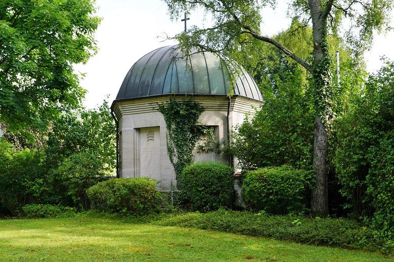 Friedhofskapelle Bestattungslexikon, lexikon-bestattungen, Bestattungsdienste, Bestattungsbedarf In Friedhofskapellen werden Trauerfeiern zu Ehren der Verstorbenen zelebriert.
