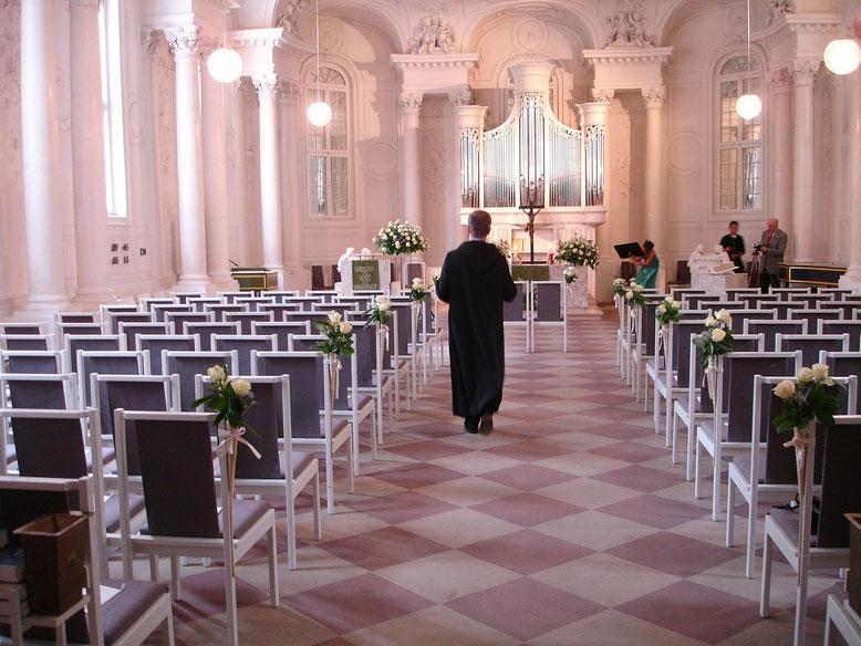 Talar Bestattungslexikon, lexikon-bestattungen, Bestattungsdienste, Bestattungsbedarf Bestattungsinstitute verfügen in der Regel über eine ausreichende Auswahl von Talaren