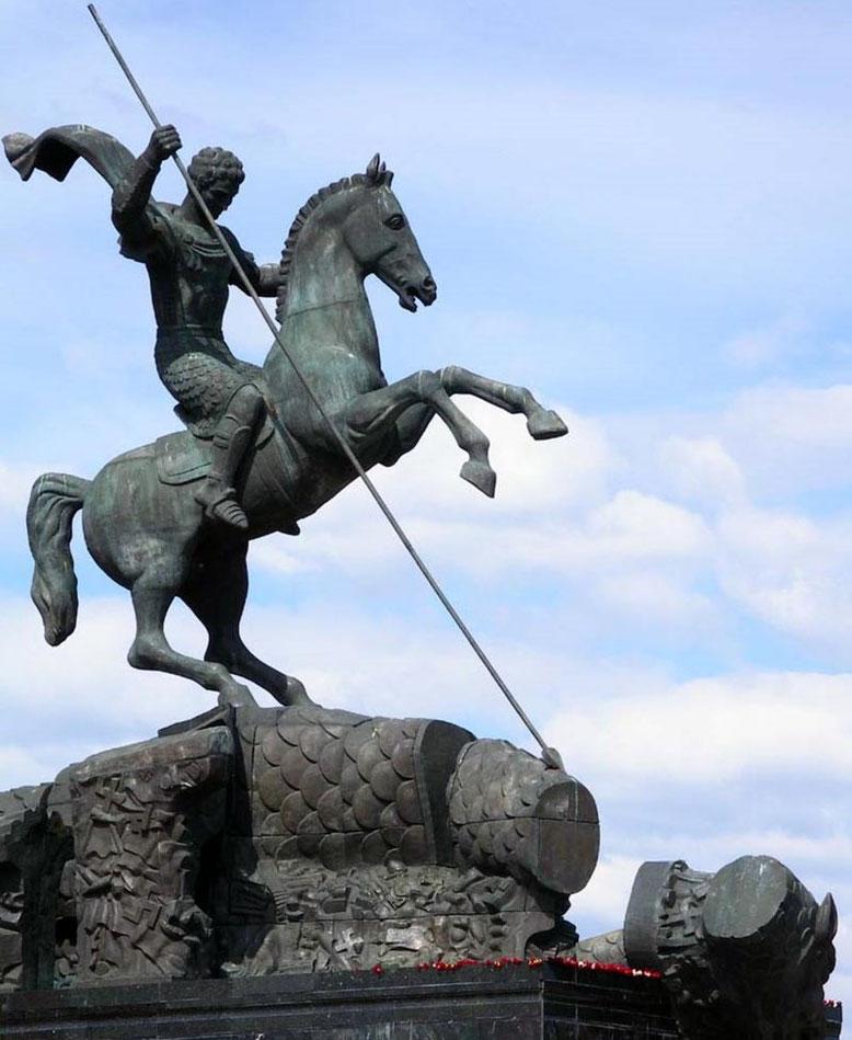 Святой Георгий Победоносец. Скульптура у основания монумента Победы.