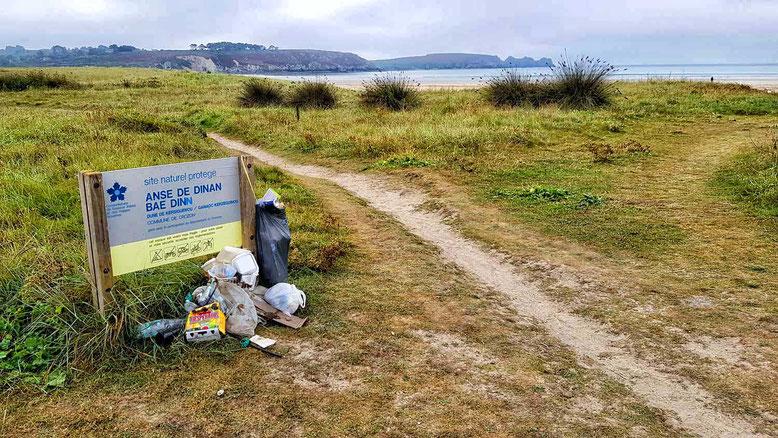 Camper-Hinterlassenschaften an einem Strand in der Bretagne