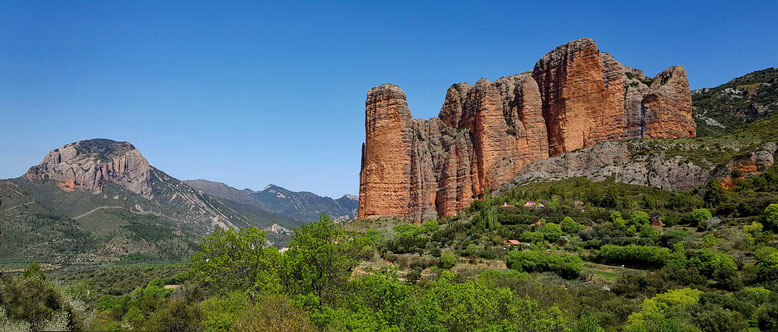 Mallos de Riglos in den spanischen Pyrenäen in der Näheder StadtHuesca. (Handy-Panorama)