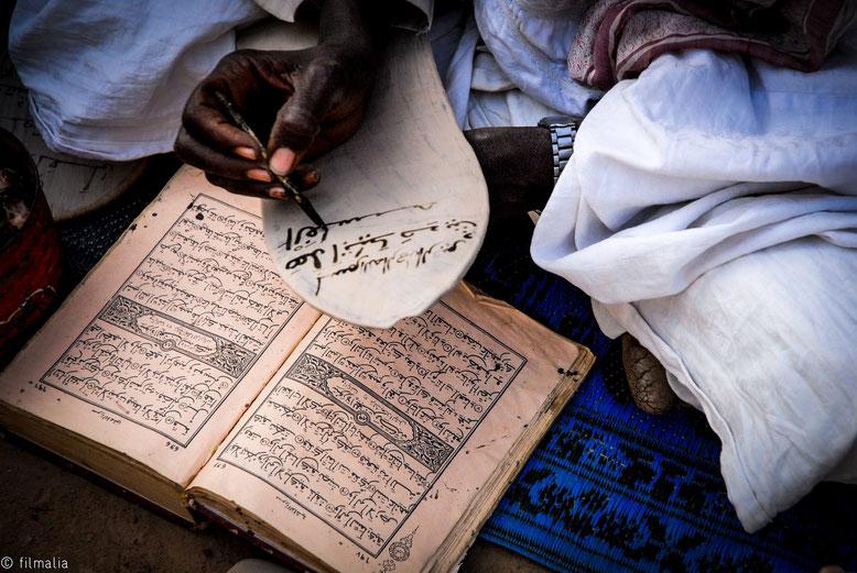 Copia de una Shura del Corán en la tablilla para los escolares, Djenné, Malí.