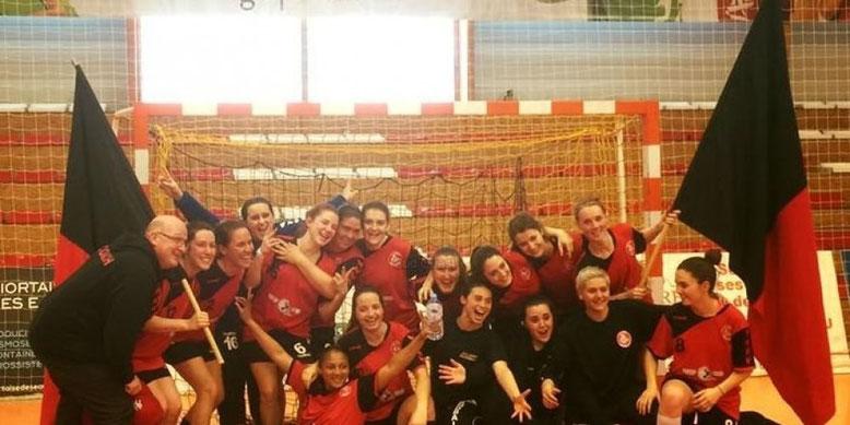 La joie sur les visages des handballeuses à la suite de leur victoire et de leur qualification pour la finale de la Coupe de France