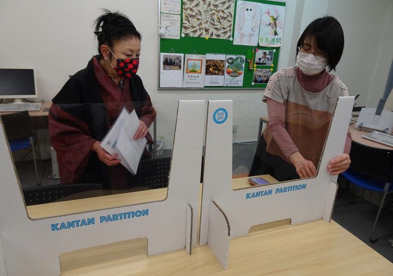 """飲食店""""開運亭""""を営む生徒さんに、パーティションの説明をするMIYOSHIにお勤めの生徒さん"""
