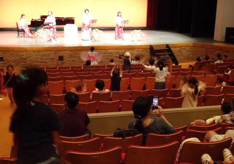 客席の子どもたちも、ローズシンガーズの歌に合わせて踊りました