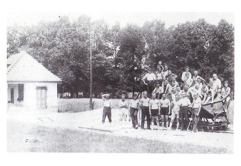 Mit Spaten und Schippe werden die Bodnmassen in Loren verladen und das notwendige Platzniveau geschaffen. (Foto Archiv H.Jurisch)