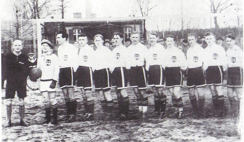 Das war die Mannschaft, die 1931 den Aufstieg in die damals höchste Spielklasse, der Gauliga schaffte. V.l.n.r.: Wilke, Schmidt, Richter, Winter, H.Meißner, Lachmann, Pachtmann, Matschenz, Schalow,Lehmann, Mudrick, Behnke. (Foto Archiv H.Jurisch)
