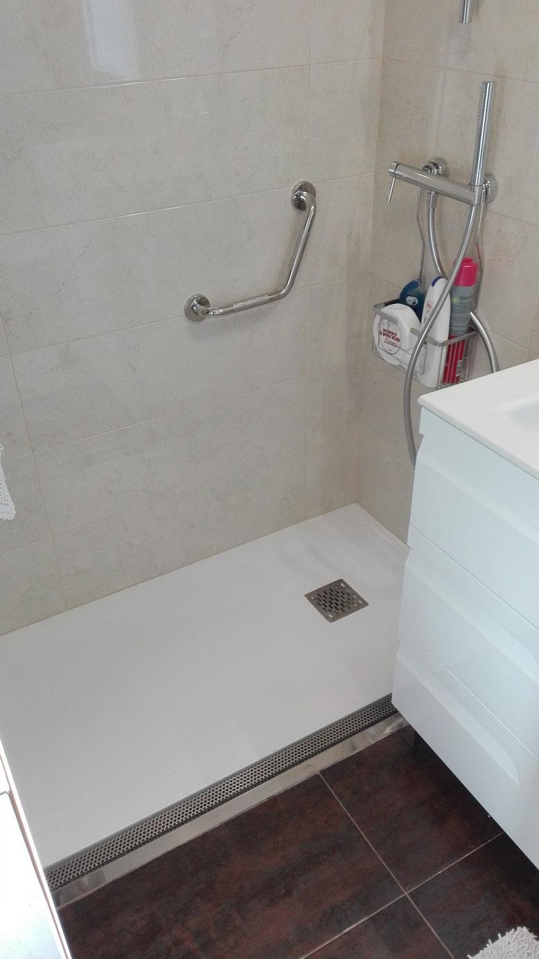 reforma de baño con palto de ducha a rás de suelo y canaleta en san sebastian