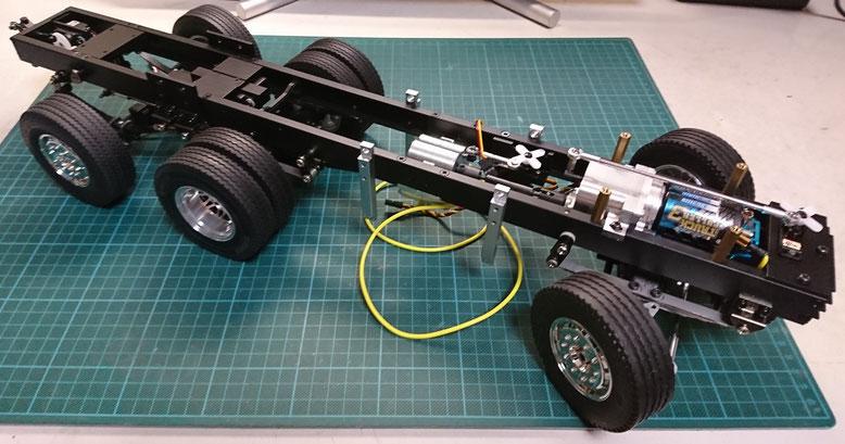 1/14タミヤ製ラジコントラック スカニアを改造したスキップコンテナ下回りの塗装