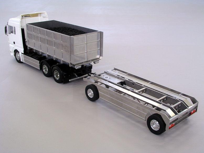 アームロールトレーラーを連結したアームロールトラック