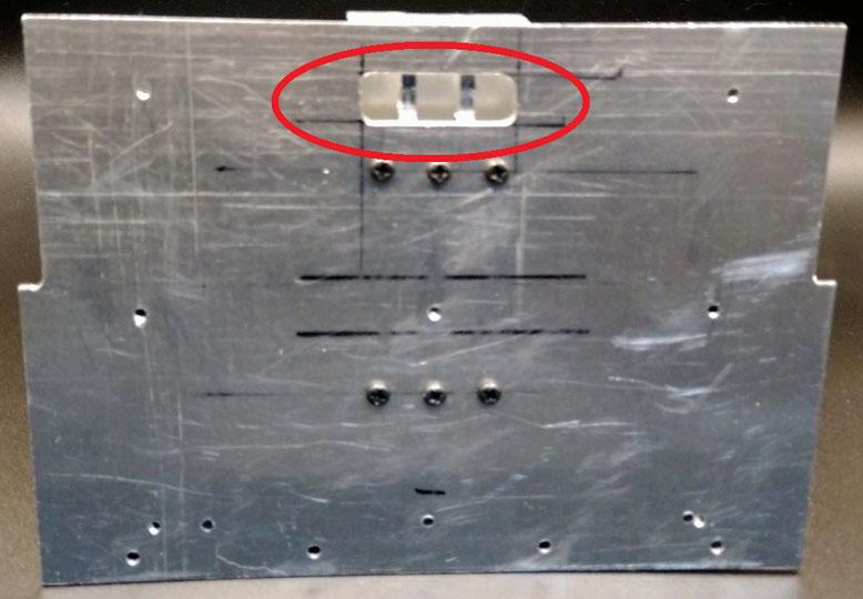 背板側の貫通孔