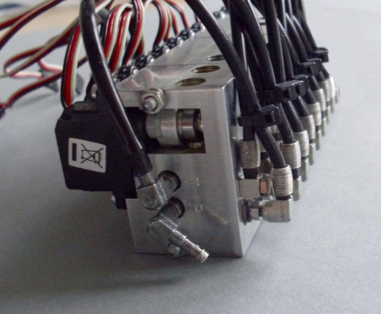 油圧バルブ8回路装着例