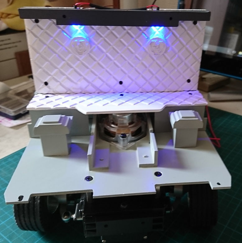 1/14タミヤ製ラジコントラック スカニアのキャブ背板に専用の照明を付けました