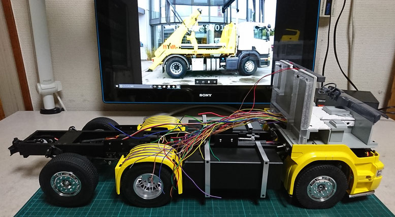 1/14タミヤ製ラジコントラック スカニア改造スキップコンテナのコードの束