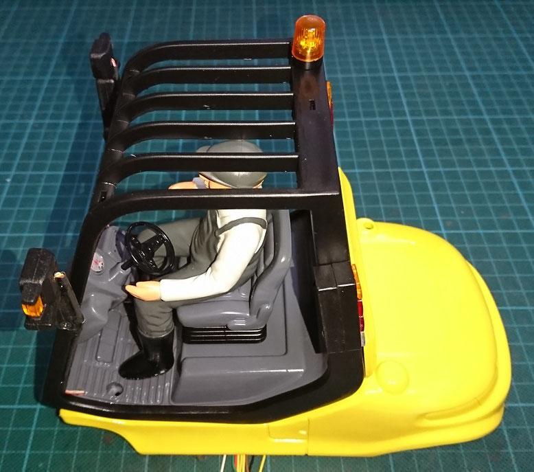 フロント/リヤコンビネーションライトを装着したフォークリフト