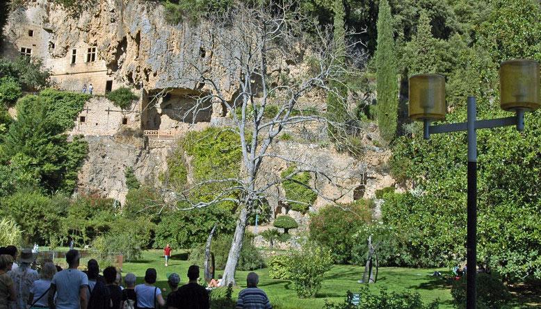dans le jardin communal les grottes