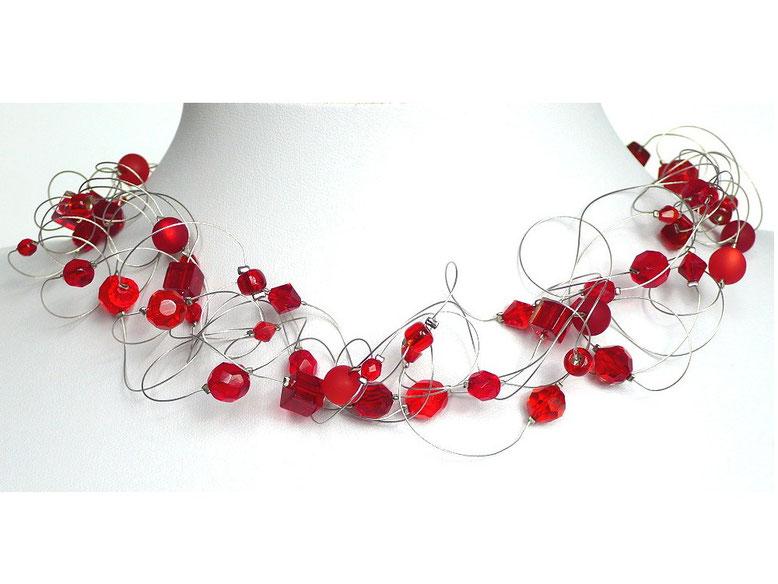 Statementkette mit roten Perlen