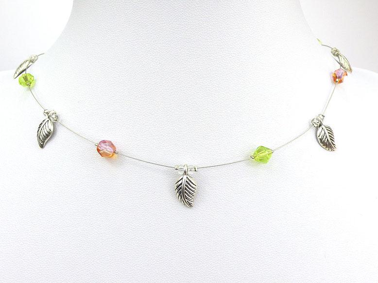 Halskette mit Metallblättchen und Glasschliffperlen