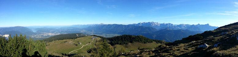 Blick auf die Julischen Alpen mit Karawanken.  Die Kärntner Seen mit Ossiacher, Wörther und Faaker See.