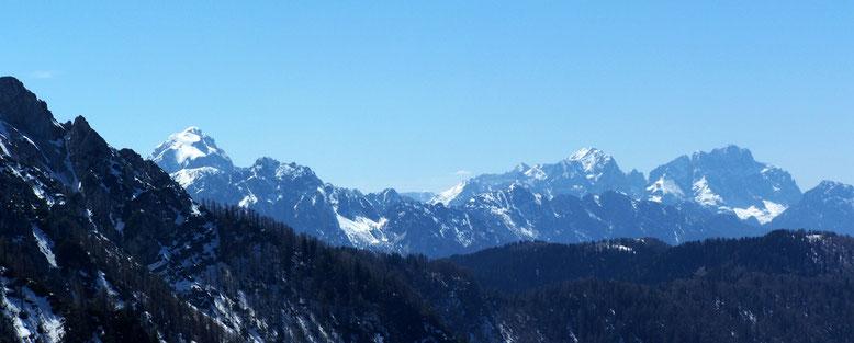 Links beginnend mit - Mangart (2679m) und ganz Rechts Wischberg (2666m) sowie Montasch (2754m)