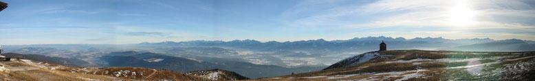 Standpunkt Gerlitzen mit Blick Süd-Ost auf die Karawanken und im Hintergrund sind auch ganz leicht die Julischen Alpen zu erkennen.