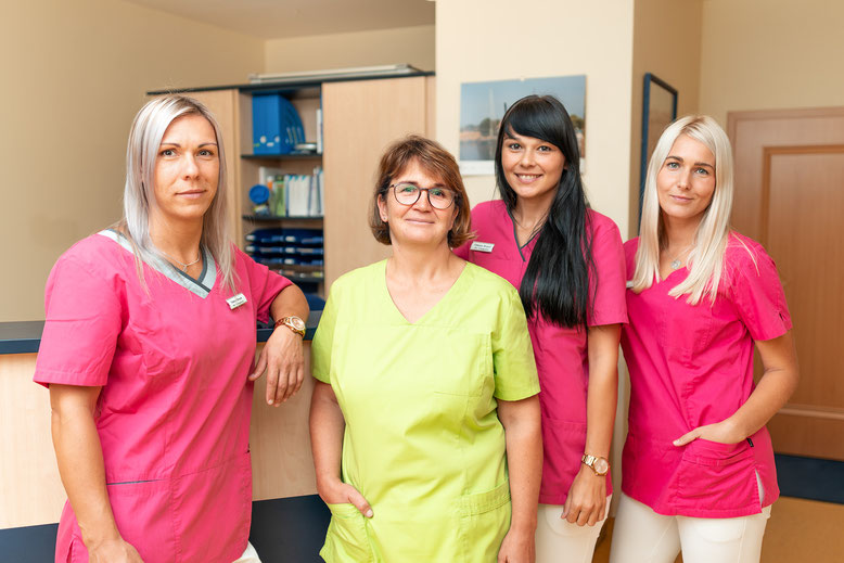 Von links: Vanessa Brandt (Azubi), Dr. med. Reinhild Lorenz, Nancy Kowalewski (MFA), Nancy Meyer (MFA, Wundschwester, VERAH).