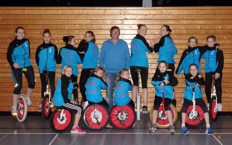 Die Einradgruppe mit ihrem Sponsor (Reisebüro Teutonia), Herrn Kulemann (Mitte)