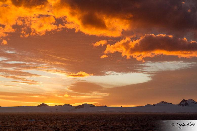 Mit dem Sonnenuntergang geht ein wunderbarer Tag im Eis zu Ende