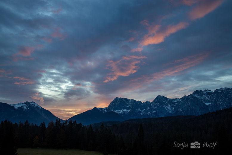 Morgenrot hinter der westlichen Karwendelspitze