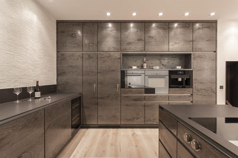 Küche SMF Wohndesign mit Oberfläche METALLICWOOD