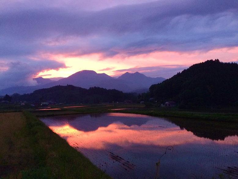 竹田市の長湯温泉からニニギの命が降臨した久住山系を望む 撮影 : 甲斐辰哉氏