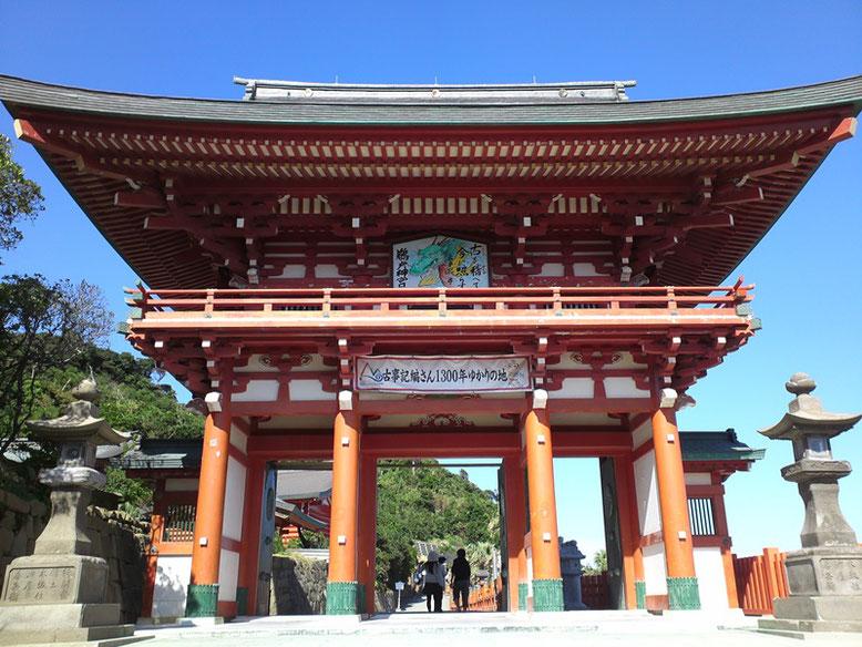 正面からの鵜戸神宮楼門の写真