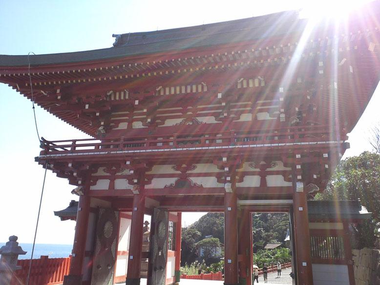 本殿側から撮影した鵜戸神宮楼門の写真